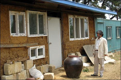 그가 가꾸는 텃밭 한 켠에는 자신이 직접 흙으로 지은 집이 있다.