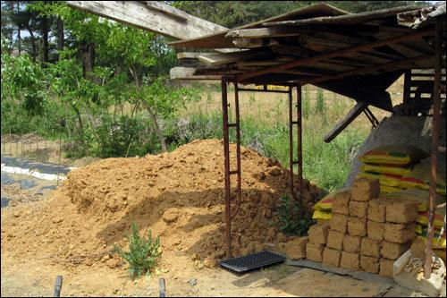 흙집 옆에는 흙벽돌을 만드는 작업터가 있다.