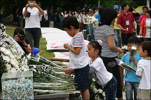 제단이 꽃을 바치는 아이들 역사를 제대로 알아야 되풀이도 막을 수 있고 용서도 할 수 있을게다.
