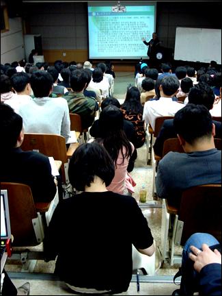 김수행 교수의 공개강좌, 앉을 자리가 없을정도로 청중들로 가득찬 강의실