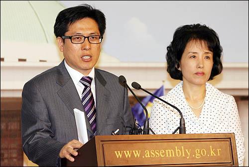 창조한국당 김석수 대변인과 자유선진당 박선영 대변인이 23일 오전 국회에서 양당 원내 교섭단체 공동 구성 합의내용에 관해 설명하고 있다.