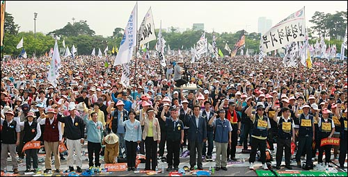 전국교직원노조, 공공운수연맹 등 공공부문 노동자들이 24일 오후 서울 여의도 여의도 문화마당에서 열린 민주노총 총력투쟁 결의대회에서 정부가 공공부문을 민영화하려는 계획에 대해 철회를 요구하며 구호를 외치고 있다.