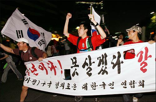 미국산 쇠고기 수입에 반대하는 촛불문화제에 참석했던 학생과 시민들이 24일 밤 행사를 마친 뒤 청와대로 행진하기 위해 세종로 거리로 뛰쳐나오고 있다.