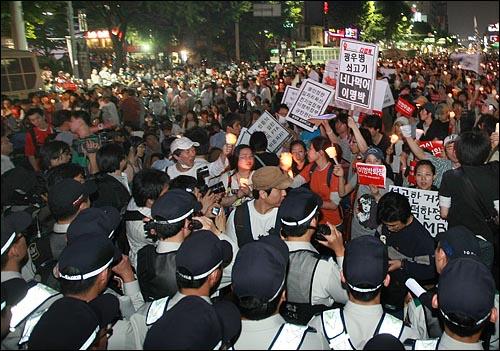 미국산 쇠고기 수입에 반대하는 촛불문화제에 참석했던 학생과 시민들이 24일 밤 행사를 마친 뒤 청와대로 행진하려하자 경찰들이 이를 막고 있다.