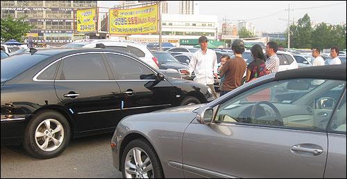 24일 오후, 서울 성동구 용답동 중고차매매시장에서 한 손님이 상인과 얘기를 하고 있다.