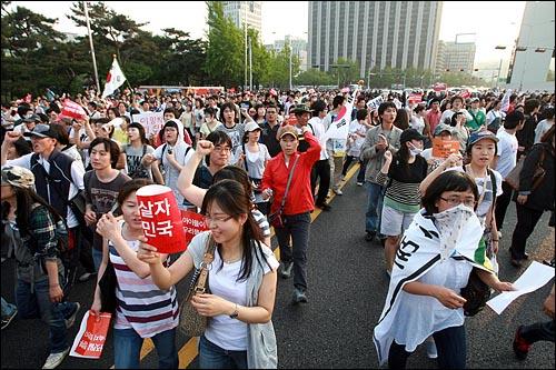 25일 오후 광우병위험 미국산쇠고기 수입을 반대하는 시민들이 '이명박 탄핵' '협상 무효' '고시 반대' 등을 외치며 세종로를 점거한 채 청와대를 향해 행진을 벌이고 있다.