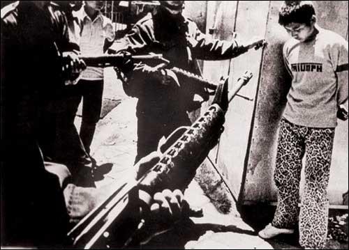계엄군에 의해 체포되는 고교생 모습