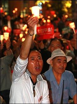미국산 쇠고기 수입 전면 개방을 반대하는 학생과 시민들이 26일 저녁 서울 청계광장에서 열린 광우병위험 미국산쇠고기 수입반대 촛불문화제에서 정부의 미국산 쇠고기 수입 정책 철회를 촉구하며 연행자 석방을 요구하고 있다.