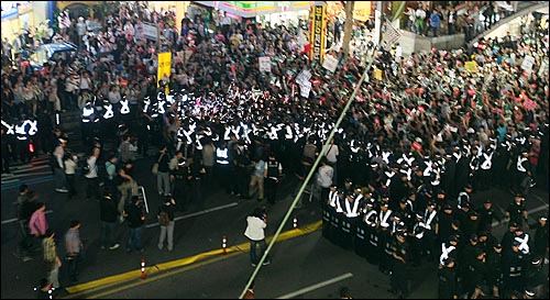 26일 밤 서울 청계광장에서 열린 광우병위험 미국산쇠고기 수입반대 촛불문화제에 참석했던 학생과 시민들이 촛불집회를 마친 뒤 종로거리로 나와 '이명박 탄핵' '고시 반대' '협상 무효'을 외치며 경찰들과 대치를 하고 있다.