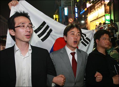 27일 새벽 서울 청계광장에서 열린 광우병위험 미국산쇠고기 수입반대 촛불문화제에 참석했던 학생과 시민들이 촛불집회를 마친 뒤 종로거리로 나와 '이명박 탄핵' '고시 반대' '협상 무효'을 외치고 있다.