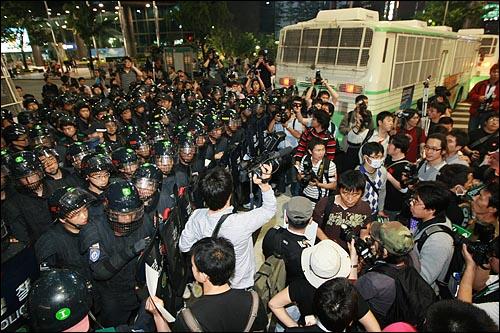 27일 밤 서울 청계광장에서 열린 광우병위험 미국산쇠고기 수입반대 촛불문화제에 참석했던 학생과 시민들이 촛불집회를 마친 뒤 을지로에서 경찰들에게 행진이 저지되자 대치를 하고 있다.