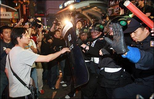 27일 밤 서울 청계광장에서 열린 광우병위험 미국산쇠고기 수입반대 촛불문화제에 참석했던 학생과 시민들이 촛불집회를 마친 뒤  명동에서 경찰들에게 행진이 저지되자 대치를 하고 있다.
