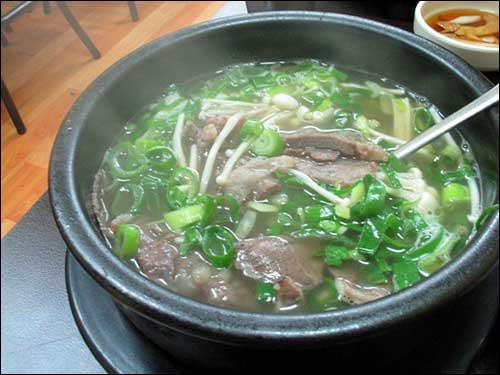 소머리국밥  송송 썰은 파를 덮어 나온 소고기국밥. 잘하는 설렁탕집의 칼칼하고 고소한 국물 맛에 한참을 먹어도 아직 남아있는 살코기. 깍두기국물을 넣어 먹어야 제 맛이 난다.