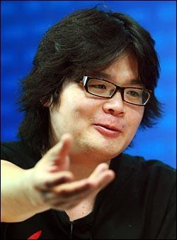대중음악평론가 김작가가 28일 <오마이뉴스> 주최로 열린 '디지털게릴라들이 만든 촛불정국' 생방송 토론회에 참석하여 발언을 하고 있다.