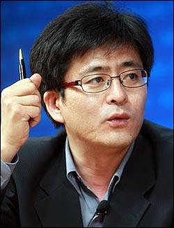 박원석 참여연대 협동처장이 28일 <오마이뉴스> 주최로 열린 '디지털게릴라들이 만든 촛불정국' 생방송 토론회에 참석하여 발언을 하고 있다.