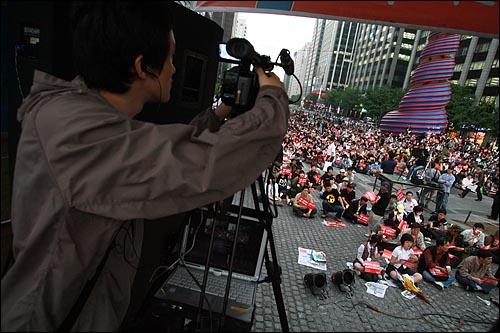 오마이뉴스 방송팀이 28일 오후 서울 청계광장에서 열리는 광우병위험 미국산쇠고기 수입반대 21차 촛불문화제를 생중계하고 있다.