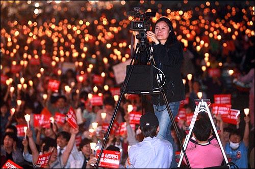 오마이뉴스 방송팀이 28일 저녁 서울 청계광장에서 열리는 광우병위험 미국산쇠고기 수입반대 21차 촛불문화제를 생중계하고 있다.