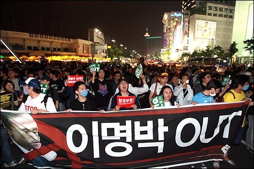 28일 저녁 서울 청계광장에서 열린 광우병위험 미국산쇠고기 수입반대 촛불문화제에 참석했던 시민, 학생들이 경찰의 봉쇄를 피해 자정이 가까운 시간에 동대문 부근에서 가두시위를 벌이고 있다.