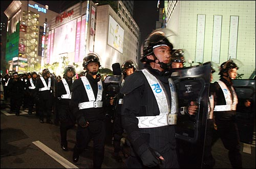 28일 저녁 서울 청계광장에서 열린 광우병위험 미국산쇠고기 수입반대 촛불문화제에 참가자들이 자정이 가까운 시간에 동대문 부근에서 가두시위를 벌이자 경찰병력이 급히 투입되고 있다.