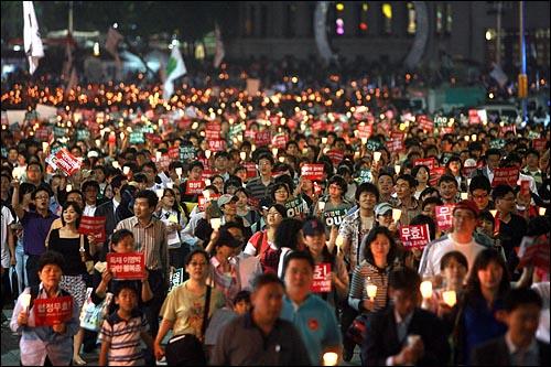 한미 쇠고기협상 장관 고시가 발표된 29일 저녁 서울시청앞 광장에서 열린 광우병위험 미국산쇠고기 수입반대 제22차 촛불문화제에 참석했던 수만명의 시민들이 행진을 벌이고 있다.