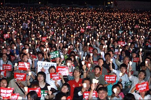 한미 쇠고기협상 장관 고시가 발표된 29일 저녁 서울시청앞 광장에서 열린 광우병위험 미국산쇠고기 수입반대 제22차 촛불문화제에서 수만명의 시민, 학생들이 촛불을 높이들고 재협상을 요구하는 구호를 외치고 있다.