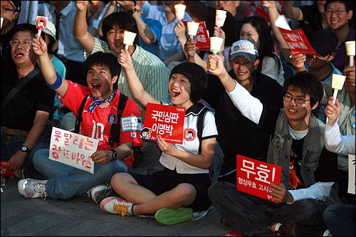 한미 쇠고기협상 장관 고시가 발표된 29일 저녁 서울시청앞 광장에서 열린 광우병위험 미국산쇠고기 수입반대 제22차 촛불문화제에서 시민, 학생들이 촛불을 높이들고 재협상을 요구하는 구호를 외치고 있다.