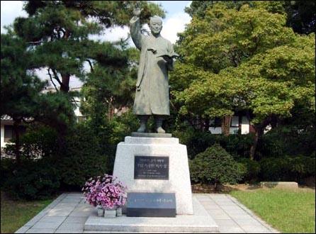 서울 이승만 기념관인 이화장 마당에 있는 이승만 동상. 배재대학교에 다시 세워질 이승만 동상도 이와 모양과 크기가 비슷하다