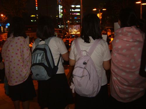 담요를 두른 여학생들