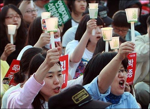 미국산 쇠고기 수입 전면 개방을 반대하는 학생과 시민들이 30일 저녁 서울 시청광장에서 열린 광우병위험 미국산 쇠고기 수입반대 제23차 촛불문화제에서 정부의 고시 철회와 재협상을 촉구하며 구호를 외치고 있다.