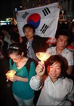 미국산 쇠고기 수입 전면 개방을 반대하는 학생과 시민들이 30일 저녁 서울 시청광장에서 열린 촛불문화제를 마친뒤 덕수궁 앞에서 경찰과 대치를 벌이며 구호를 외치고 있다.