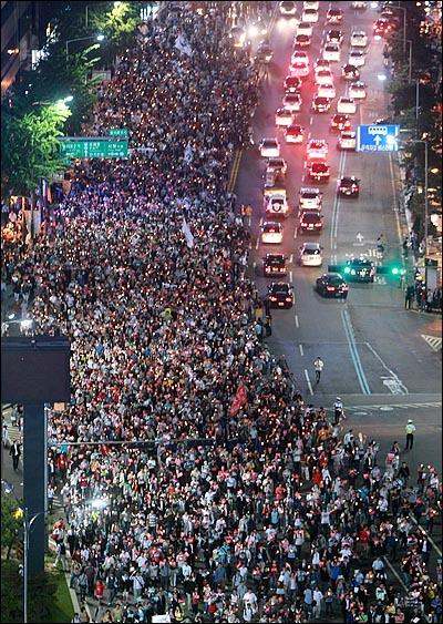 미국산 쇠고기 수입 전면 개방을 반대하는 학생과 시민들이 30일 저녁 서울 시청광장에서 열린 광우병위험 미국산 쇠고기 수입반대 제23차 촛불문화제를 마친뒤 시가행진을 하며 정부의 고시 철회와 재협상을 촉구하고 있다.