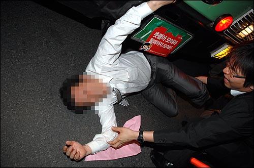30일 밤 11시 4분경 서울시청 맞은편 플라자호텔앞에서 한 시민이 경찰버스앞에서 쓰러져 몸 일부가 버스 아래쪽으로 들어가는 아찔한 상황이 발생했다.