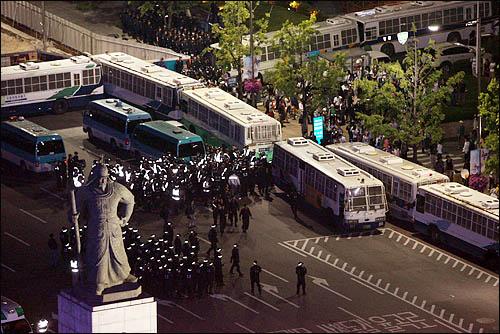 31일 밤 서울 시청 앞 광장에서 열린 미국산 쇠고기 수입반대 촛불문화제에 참가한 시민들이 거리행진을 시작한 가운데 광화문 사거리는 전경차와 경찰 병력으로 원천 봉쇄돼있다. 일부 촛불 시위대가 세종로에서 청와대 방향으로 행진을 시도했으나 경찰에 가로막혀 있다.