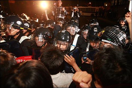 31일 밤 서울시청앞 광장에서 열린 광우병위험 미국산쇠고기 수입반대 및 재협상 촉구 24차 촛불문화제를 마친 시민, 학생 수천명이 청와대 입구에서 '이명박은 물러나라'를  외치며 경찰과 몸싸움을 벌이고 있다.