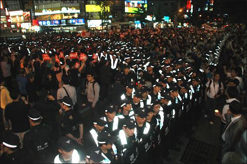 미국산 쇠고기 수입에 반대하는 부산시민들이 5월 31일 저녁 서면에서 촛불문화제를 연 뒤 도로를 점거하고 시위를 벌이다가 경찰과 충돌을 빚기도 했다.