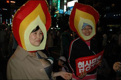 촛불 모양을 만들어 머리에 쓰고 참석한 시민들도 있었다.