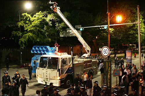 미국산 쇠고기 수입을 반대하는 시민들이 31일 밤 서울 삼청동에서 청와대 방향으로 진격하자 경찰이 살수차를 대기시키고 있다.