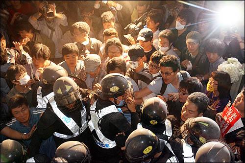 미국산 쇠고기 수입을 반대하는 시민들이 1일 새벽 서울 삼청동에서 청와대 방향으로 진격, 경찰이 가로막자 몸싸움을 벌이고 있다.
