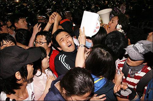 미국산 쇠고기 수입을 반대하는 시민들이 1일 새벽 서울 삼청동에서 청와대 방향으로 진격, 경찰이 시위대를 밀어내며 몸싸움을 벌이고 있다.