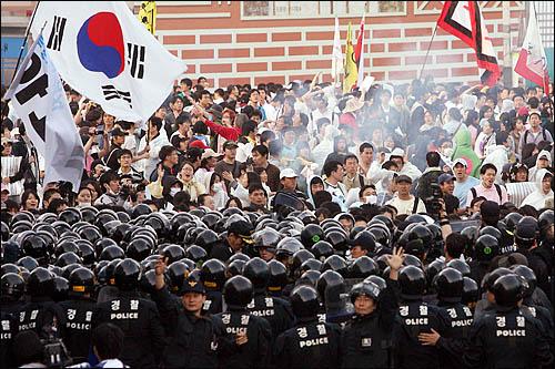 서울 삼청동에서 청와대 방향으로 진입하려던 집회 참가자들을 1일 아침 경찰이 밀어내며 강제 진압하고 있다.