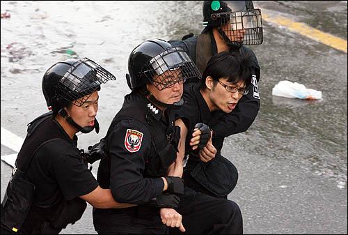 서울 삼청동에서 청와대 방향으로 진입하려던 집회 참가자들을 1일 아침 경찰이 강제연행하고 있다.
