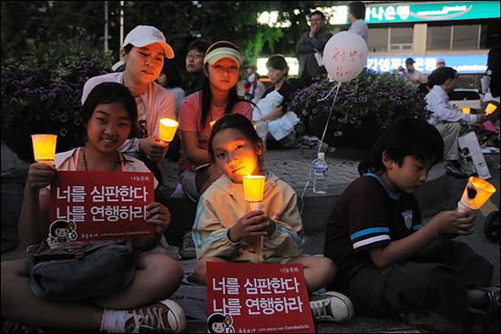가족단위 참가자들 8시 1분. 서울시청 앞 광장. 이날 집회는 부모와 자녀들이 함께 집회에 참석한 경우가 매우 많았다. 미취학아동, 유모차 부대, 임산부도 눈에 띄었다. 유모차 부대의 시위행렬은 이날 집회의 진풍경 중 하나였다.