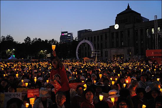 시청 앞의 촛불물결 8시 11분. 서울시청 앞 광장. 서울 시내에 이렇게 많은 사람이 모인 것은 2006년 독일월드컵 이후로 처음인 듯하다. 시청 앞 광장이 가득 차고도 모자라 숭례문까지 대열이 이어졌다.