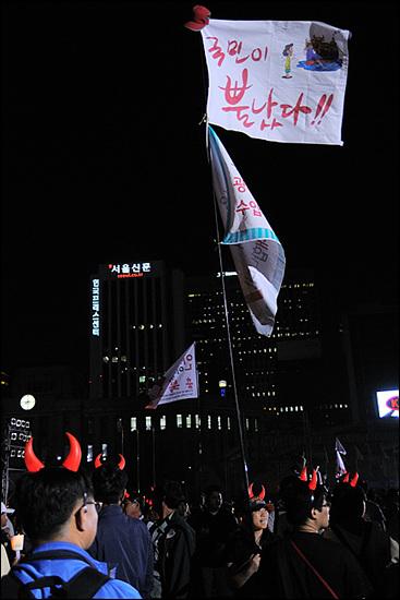 """국민이 뿔났다! 8시 39분. 서울시청 앞 광장의 시위대. 드라마 제목을 패러디한 듯한 """"국민이 뿔났다""""는 구호가 많이 보인다. 이에 맞춰 붉은악마 야광뿔도 재등장했다."""
