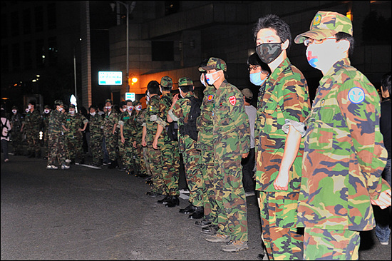 예비군 부대 9시 20분. 종로1가. 이날 시위에서 유모차 부대보다도 더 많은 주목을 받은 존재는 예비군 부대였다. 질서유지와 시민보호에 적극 나서 열렬한 성원을 받았다. 한국에서 예비군복을 입은 사람이 시민들에게 박수 받는 모습은 쉽게 볼 수 없는 일일 것이다.