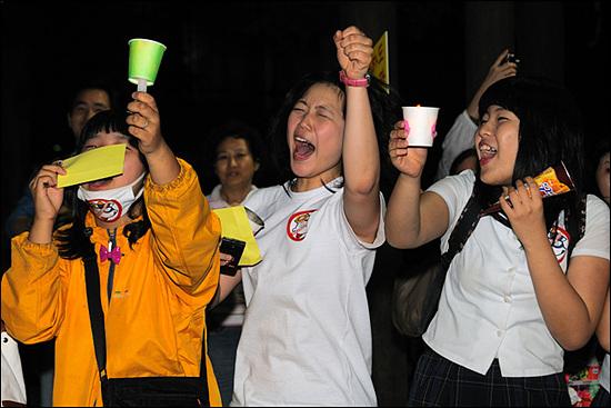 10대 참가자들 9시 47분. 종로2가. 이번 촛불집회의 불을 붙였던 10대 청소년들이 여전히 다수 참가하고 있다. 날이 갈수록 대학생 등 20대의 조직적인 참가도 더해지고 있다.