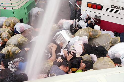서울 삼청동에서 청와대 방향으로 진입하려는 집회 참가자들에게 1일 아침 경찰이 물대포를 쏘며 진압을 시도하고 있다.