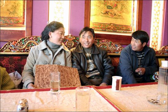 티베트TV에서 기상캐스터로 활동하는 존귀(왼쪽)양과 그녀의 친구들