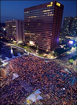 1일 저녁 서울 시청 앞 광장에서 열린 미국산 쇠고기 수입반대 촛불문화제에 참가한 시민들이 거리행진을 시작한 가운데 광화문 사거리에서 경찰 병력과 전경버스로 원천 봉쇄되어 있다.