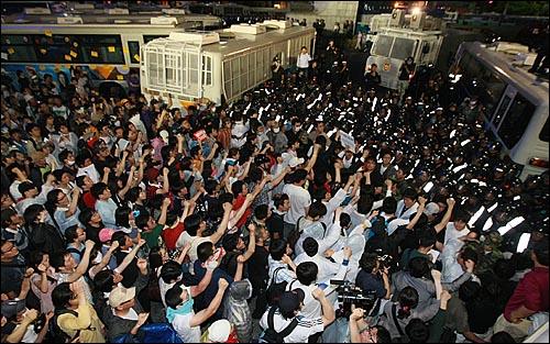 광우병위험 미국산쇠고기 수입반대 및 재협상을 요구하는 학생과 시민들이 1일 밤 서울 세종로 사거리에서 경찰들과 대치를 벌이며 미국산 쇠고기 수입 정책 철회를 촉구하며 구호를 외치고 있다.
